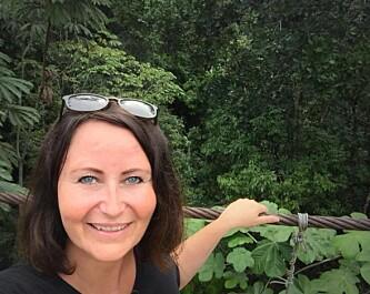 I JUNGELEN: - Her er jeg på broen som lokalmiljøet rundt skolen hadde laget. Vi ble invitert med av elevene og lokalmiljøet for å se den store stoltheten som denne brua er. Dette er det nærmeste jeg har vært Amazonas. Helt på grensen mot verdens største regnskog! sier Line entusiastisk til KK. Foto: Privat