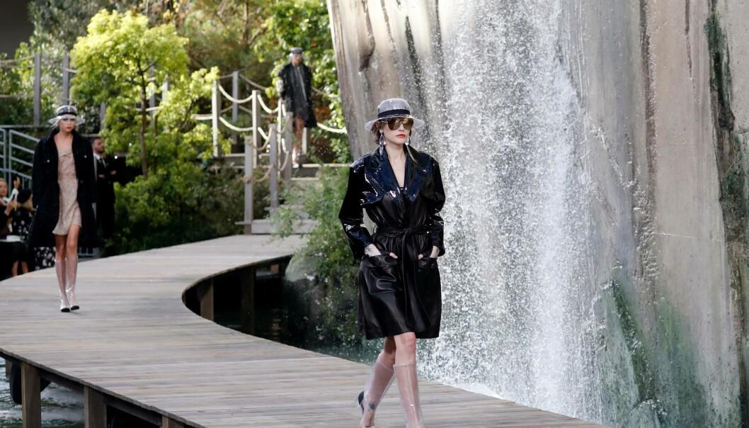 CHANEL: Modellene gikk visningen iført antrekk fra Chanel SS18-kolleksjon med et fossefall på siden. Foto: NTB Scanpix