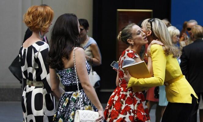 TAKKER NEI: Kim Cattrall og Sarah Jessica Parker klemmer hverandre under innspillingen av den første «Sex og singelliv»-filmen i 2007. Foto: NTB Scanpix