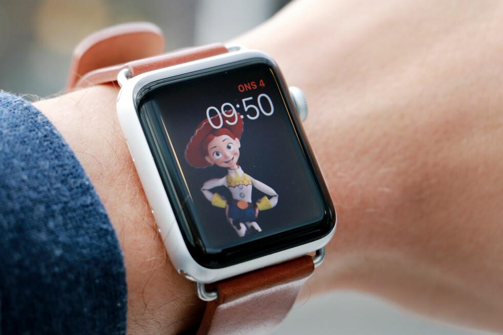 <strong>NEI, TAKK:</strong> Jeg vet ikke hvorfor Apple tror jeg vil gå rundt med Toy Story-referanser på håndleddet. Men Apple Watch Series 3 er i alle fall ikke nok til at jeg begynner med smartklokker igjen. Foto: Ole Petter Baugerød Stokke