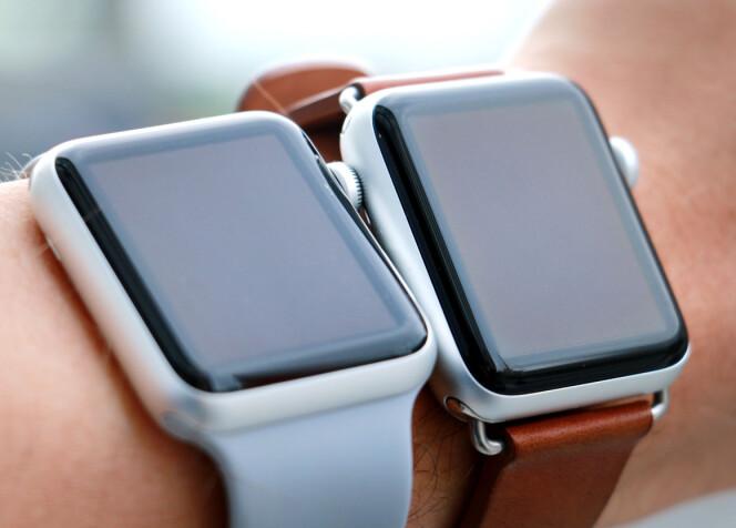 <strong>FINN FORSKJELLEN:</strong> Her er den første Apple Watch-en til venstre, og Series 3 til høyre. Det skal godt gjøres å se forskjellen. Foto: Ole Petter Baugerød Stokke