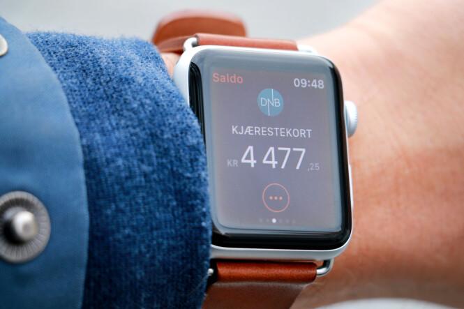 <strong>BEGRENSA NYTTE:</strong> Det er artig å sjekke saldoen på klokka. Men jeg kunne gjort dette langt raskere på mobilen enn på Apple Watch. Foto: Ole Petter Baugerød Stokke
