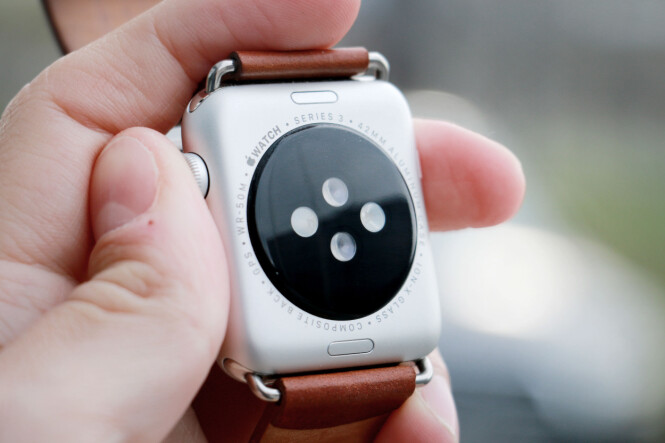 <strong>BEGRENSA BATTERI:</strong> Fordi Apple Watch Series 3 er en liten mobiltelefon på håndleddet, vil den ikke ha skjermen på hele tida. Dermed får du heller ikke vite hva klokka er, før du slår på skjermen, ved å løfte armen, for eksempel. Foto: Ole Petter Baugerød Stokke
