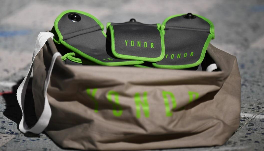 <strong>LÅSES:</strong> Her ser du posene, eller kanskje rettere sagt taskene, som Yondr bruker for å låse ned mobilene. De kan bare åpnes når de dultes borti en Yondr-stasjon, litt ala tyverisikringene på klær i klesbutikken. Foto: Shutterstock