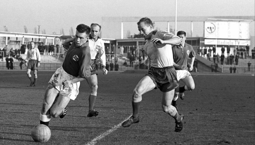 <strong>DRIBLEKONGEN:</strong> 6. oktober er det 30 år siden driblekongen Roald Kniksen Jensen døde med fotballskoene på. Her er han i aksjon som 19-åring mot Sverige i en EM-kvalifiseringskamp i Malmø. Kampen endte 1-1. Foto: NTB Scanpix