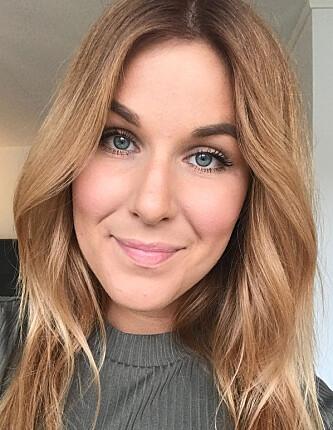 EKSPERTEN: Frisør hos På Håret, Cathrin Norlin Bernvald ser etter det bredeste og det smaleste punktet i ansiktet til kunden når hun skal bestemme frisyre og farge. FOTO: Privat