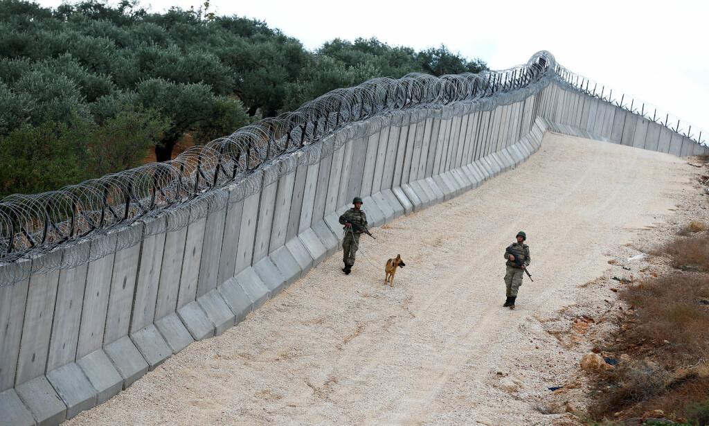 STRENGT BEVOKTET: Den tyrkisk-syriske grensen er strengt bevoktet på begge sider. Her fra tyrkisk side i Hatay-provinsen. Foto: Umit Bektas / Reuters / NTB Scanpix
