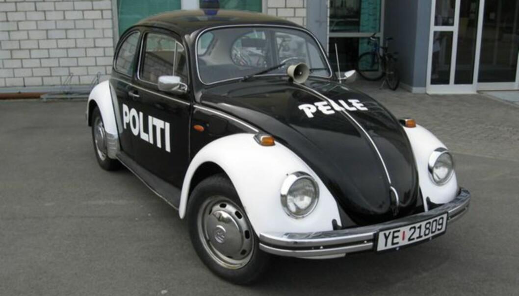 <strong>KJENDISBOBLE:</strong> Norges nest mest omtalte bil gjennom alle tider, Pelle Politibil, står parkert utenfor politihuset i Bodø.
