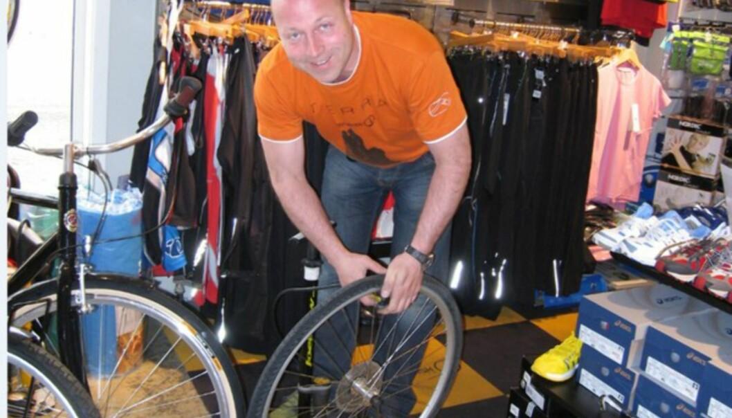 <strong>EKSPERT:</strong> Evald fikset nytt hjul i en fei.