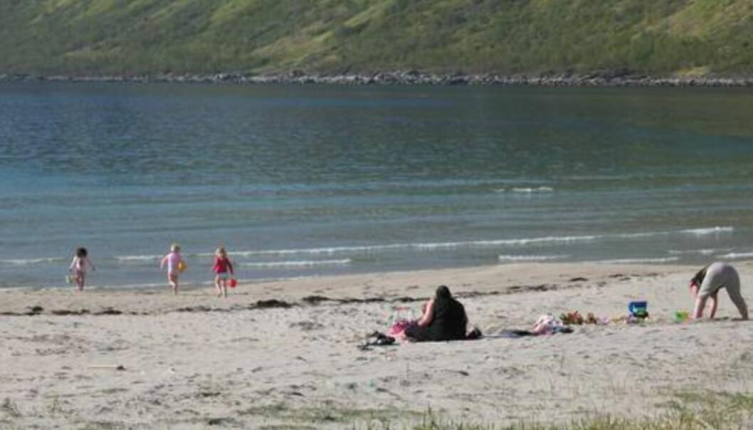 Rart å tenke på at turen min begynte med snøbyger på Østlandet, og ender med strandliv i Nord-Norge. Jeg vet ikke om det var særlig varmt i sjøen, men barna hadde i hvert fall tærne uti.