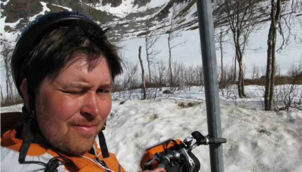 <strong>VINTER:</strong> På 300 meters høyde er det nesten full vinter fortsatt, her på Senja. Jeg trenger kanskje ikke å poengtere at han med hjelmen på halv åtte i forgrunnen er mektig sliten. Litt farge har han fått i fjeset også.