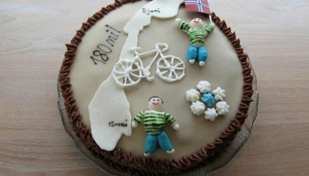TJUKK FØR, TYNN NÅ? Svigerinnen min hadde bakt en kake til ære for syklisten. Han veide 110 kg da han startet. Nå veide han 107, men hadde forhåpentligvis fått en god del flere muskler underveis.