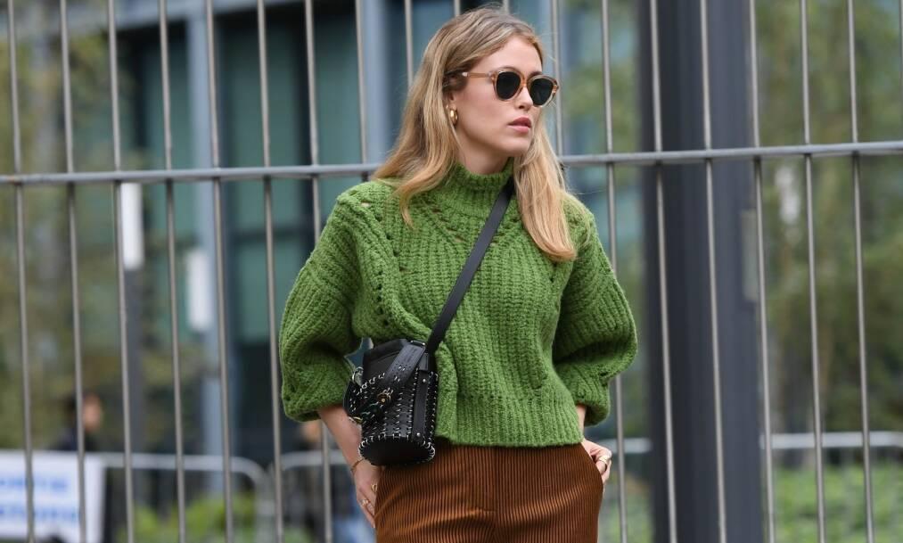 KORDFLØYEL: Annabel Rosendahl kombinerer de trendy kordfløyelbuksene med en superfin strikkagenser! Foto: NTB Scanpix