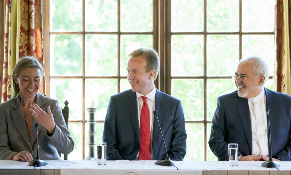 Topp-kandidater: Nobelspekulanter anser EUs høyrepresentant Federica Mogherini og Irans utenriksminister Mohammad Javad Zarif som gode kandidater for årets Nobels fredspris. Her er de to avbildet sammen med utenriksminister Børge Brende i forbindelse med fredskonferansen Oslo Forum på Losby Gods utenfor Oslo i fjor sommer. Foto: Håkon Mosvold Larsen / NTB scanpix
