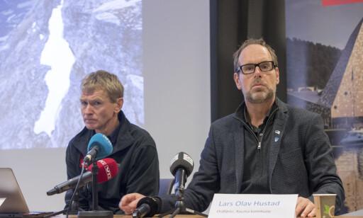 STORE BEVEGELSER: Lars Halvard Blikra i NVE og ordfører i Rauma Lars Olav Hustad under en pressekonferanse fredag morgen. Foto: Terje Pedersen / NTB scanpix