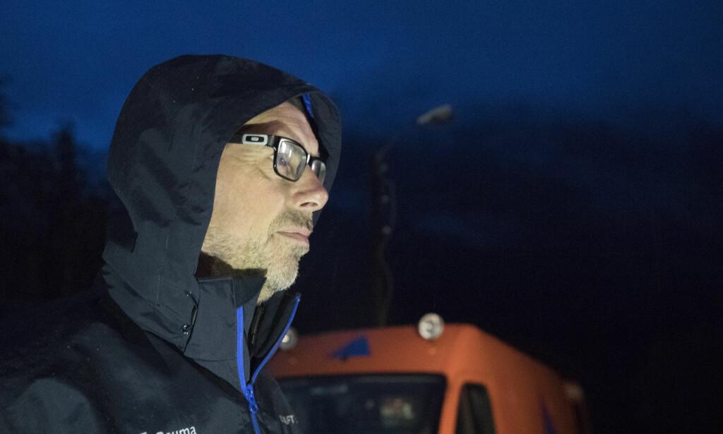 EVAKUERT: Ordfører i Rauma Lars Olav Hustad foran Mannen fredag morgen. Alle beboere er evakuert fra området. Foto: Terje Pedersen / NTB scanpix