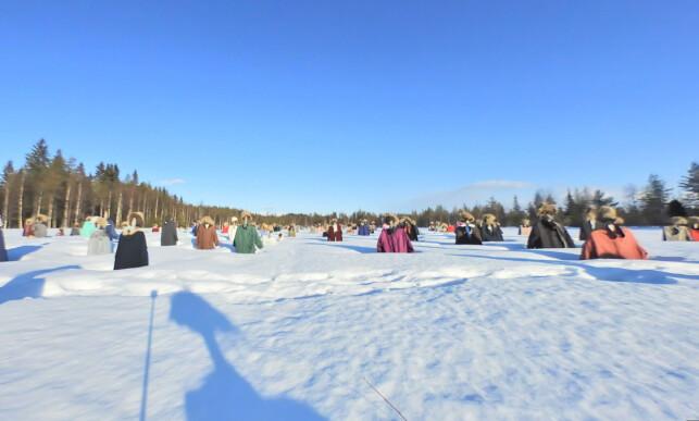 ISKALD GJENG: Slik ser jordet ut vinterstid. Flere av figurene har passende nok fått vintertøy på. Klærne deres skiftes forøvrig ut to ganger i året, av et lokalt ungdomslag. Foto: Google