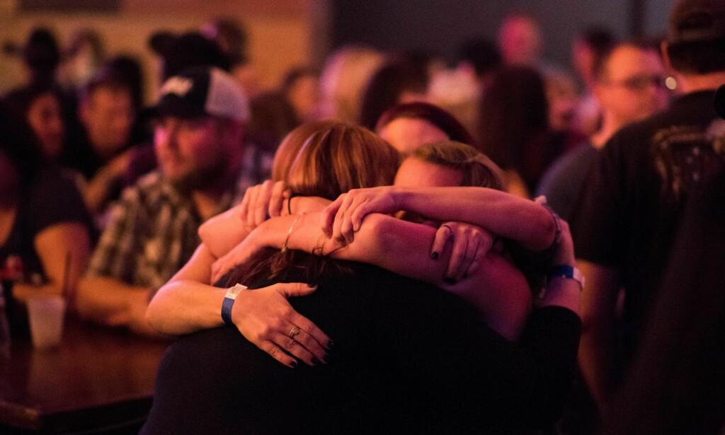 VISER SOLIDARITET: Fem dager etter USAs histories verste massakre møttes hundrevis av mennesker for å vise solidaritet med Las Vegas-ofrene. Foto: AFP/NTB Scanpix