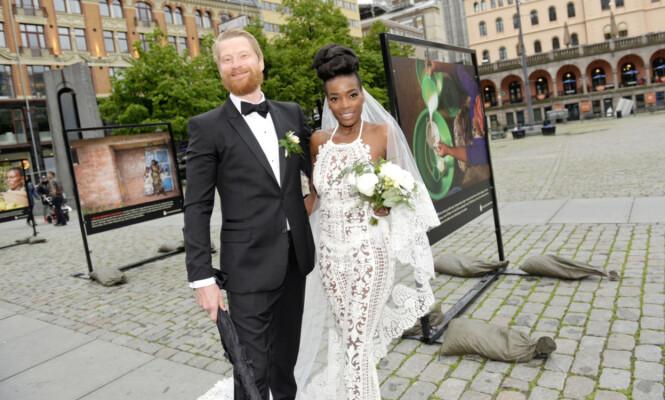 URBANT BRYLLUP: Odd-Magnus Williamson og Tinashe Bakasa Roll giftet seg i på det populære kjendisstedet Angst bar i Oslo i mai 2015. Hun stilte i en spesialdesignet brude-buksedress designet av norske TSH. Foto: Eivind Griffith Brænde for VG // NTB Scanpix
