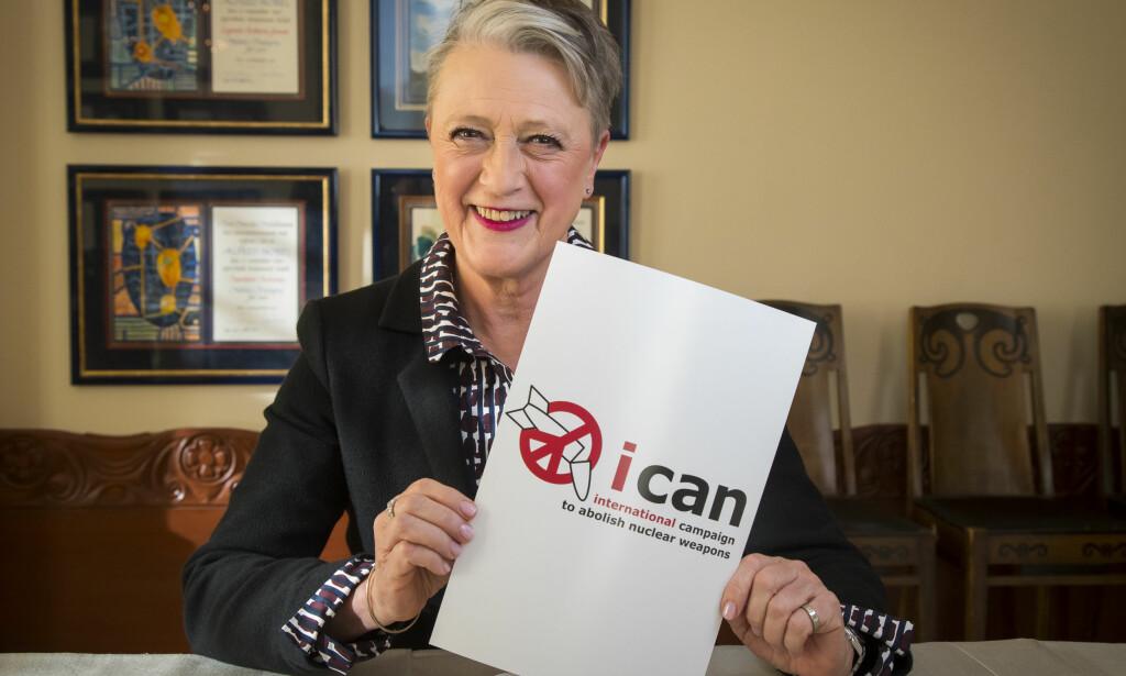 FREDSPRISEN: Berit Reiss-Andersen, leder av Nobelkomiteen, med logoen til Den internasjonale kampanjen for forbud mot atomvåpen, ICAN, på Nobelinstituttet i Oslo fredag. Foto: Heiko Junge / NTB scanpix