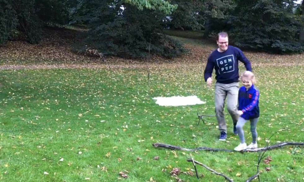 LEKER OG BEVEGELSE: Den svenske kronprinsfamilien har bevegelse i fokus. Her løper prinsesse Estelle gjennom en hinderløype med pappa prins Daniel på Haga slott. Foto: Skjermdump