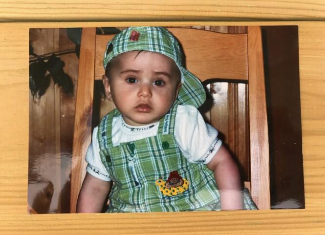 STILIG: Cengiz var stilig i matchende caps og buksedress. Her var han to år gammel, i 1999. Foto: Privat