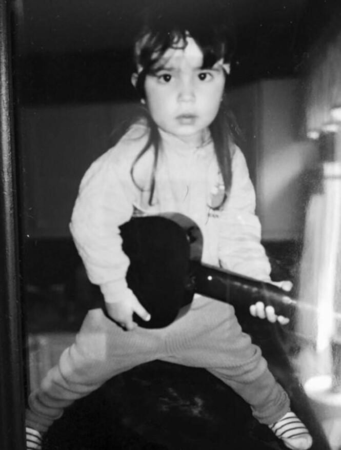 KLEDDE SEG UT: Jorun forteller at hun likte å kle seg ut som yngre. Her var hun Bruce Springsteen i 1987. Foto: Privat