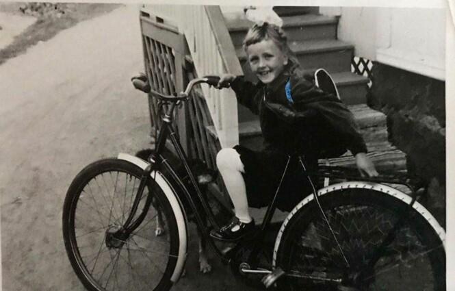 SKOLESTART: Trude Drevland fikk låne mammas sykkel på vei til første skoledag. Foto: Privat