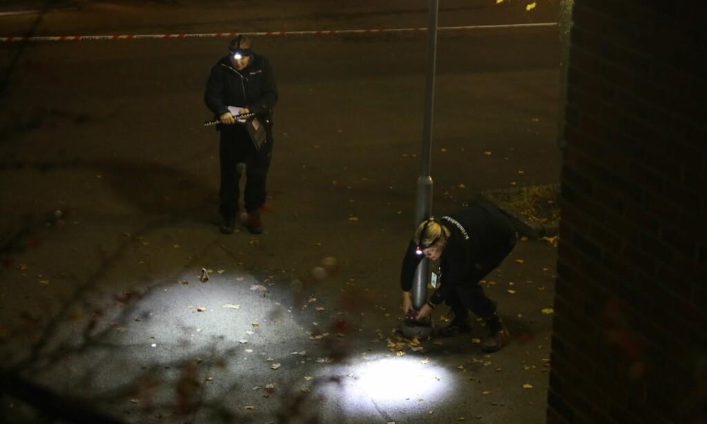 TO PÅGREPET: To unge menn er pågrepet og siktet for drapsforsøk etter at en 21 år gammel mann ble kritisk skadd i en skyteepisode på Holmlia i Oslo natt til lørdag. Her jobber politiet på åstedet. Foto: Daniel Laabak/Dagbladet