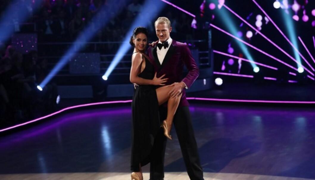 <strong>HETT:</strong> Erik sammen med sin dansepartner Lillian. Av dommerne fikk duoen høre at de danset en het Rumba tidligere i sesongen. Foto: TV 2
