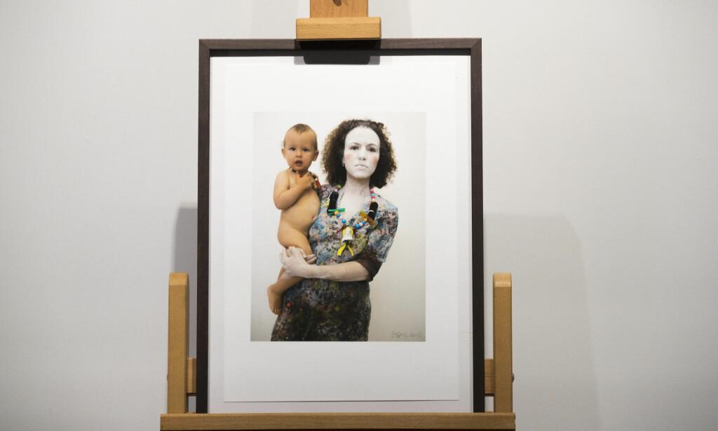 MOR OG BARN: Willibald Storn har laget årets diplom, et foto av en mor med et barn på armen. Foto: Cornelius Poppe / NTB scanpix