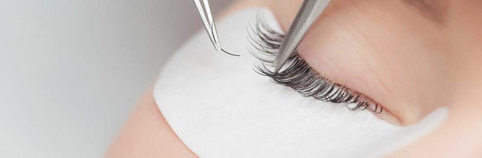 VIPPEEXTENSIONS: Det finnes noen smarte triks som gjør at de falske øyevippene holder seg fine i lang tid. FOTO: Shutterstock
