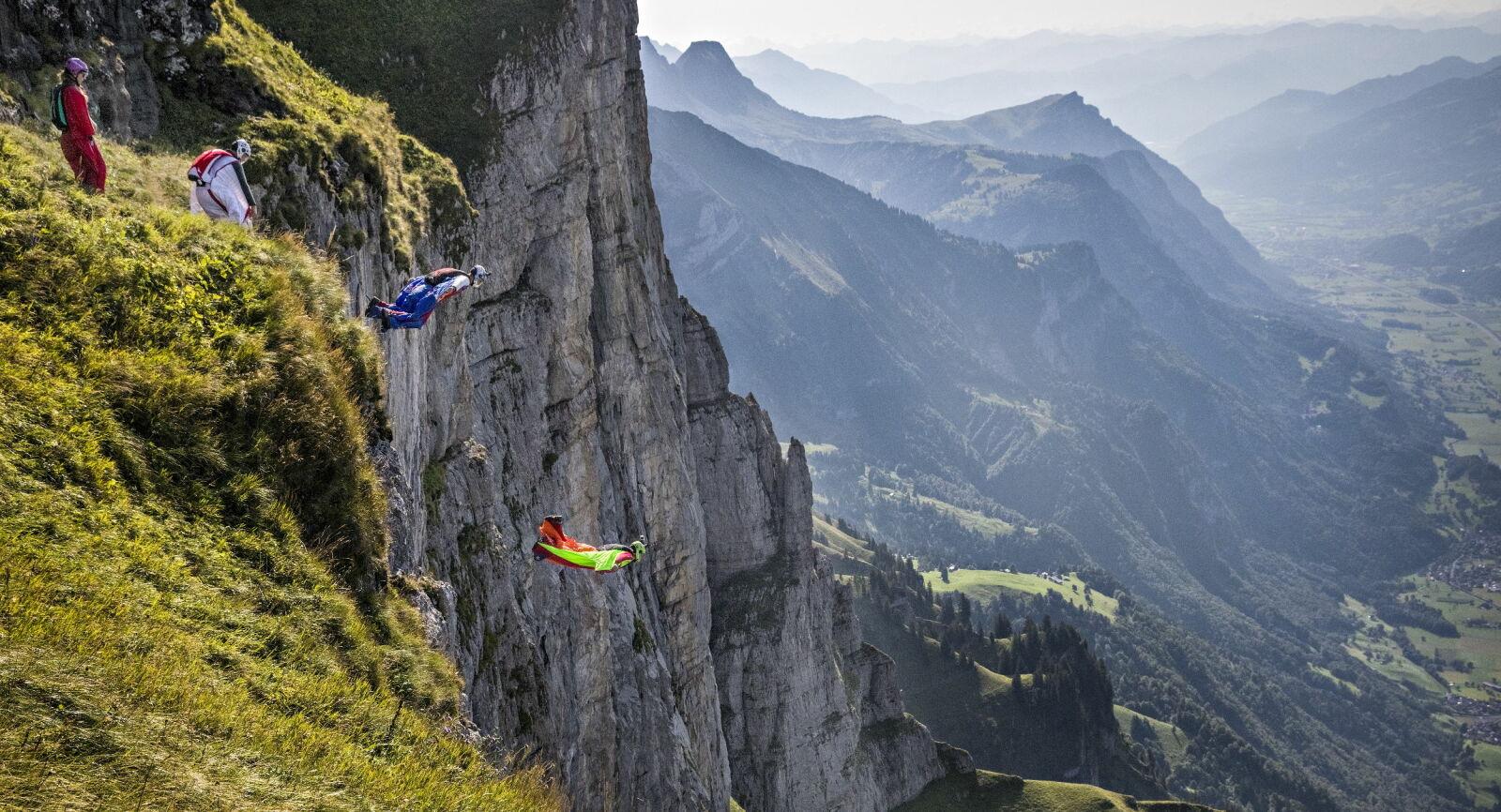 Hege Ringard, Niccolo Porcella, Jokke Sommer and Felix Lorentzen jumping from the «Sputnik»-exit above Walenstadt, Switzerland. Photo: Jørn H. Moen / Dagbladet