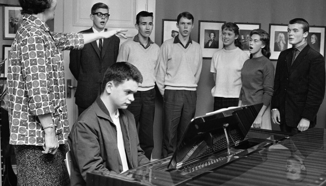 Sangtradisjoner: Hartvig Nissens skole var det første gymnas som opprettet musikklinje i 1955. Her ser vi Ingeborg Kindem (tv) i arbeid med å instruere noen av de unge elevene i korsang. Foto: NTB scanpix