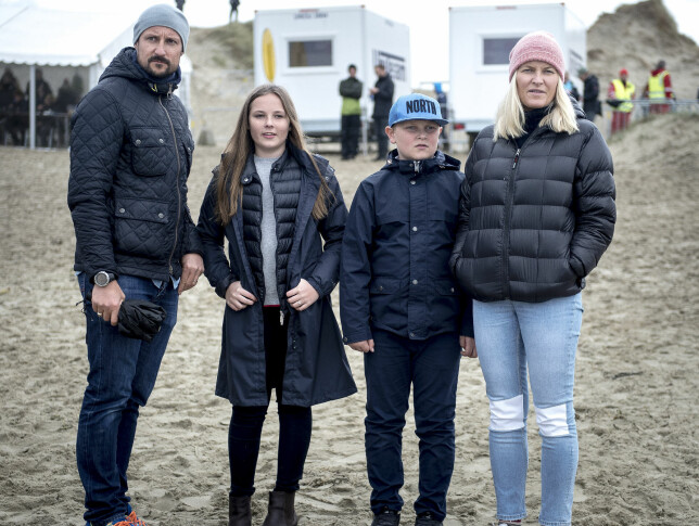 KRONPRINSPAR: Prinsesse Ingrid Alexandra er arving til tronen, etter sin far kronprins Haakon. Her er kronprinsen sammen med prinsesse Ingrid Alexandra, prins Sverre Magnus og kronprinsesse Mette-Marit. Foto: NTB Scanpix