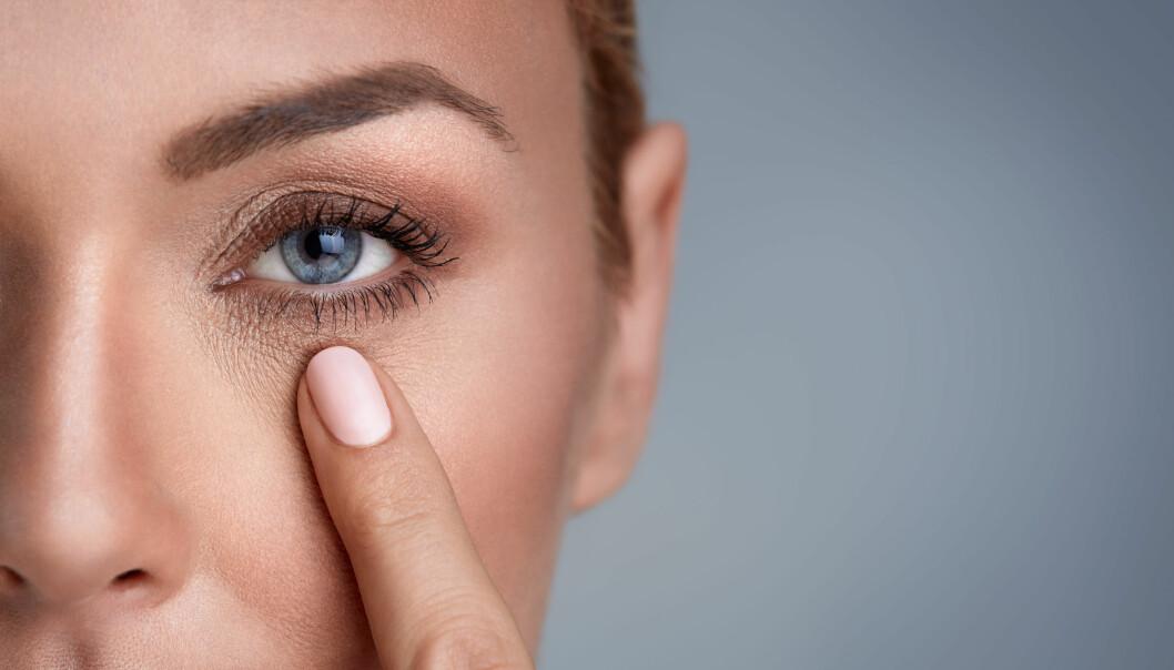 HOVNE ØYNE: Sliter du med trette, hovne øyne om morgenen? I denne saken får du ekspertenes beste tips. FOTO: NTB Scanpix