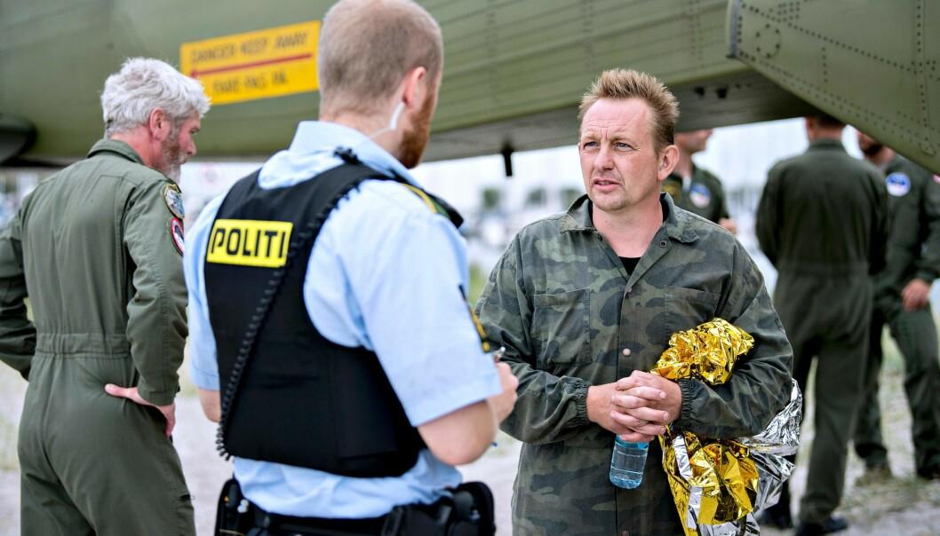 PETER MADSEN: Her er oppfinneren Peter Madsen, som eide ubåten Kim Wall var om bord i, i samtale med politiet 11. august - kort tid etter at ubåten sank i København. Da var Kim Wall fremdeles savnet. Foto: NTB Scanpix