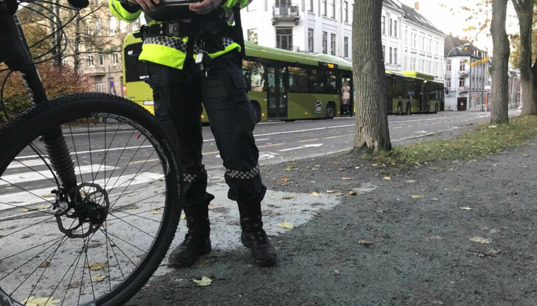 TREKKER FORELEGG: Politiet trekker tilbake 18 av 23 forelegg som ble utskrevet i Trondheim i dag tidlig. Politiet var opprørt over antallet syklister som syklet på rødt lys, men trolig hadde syklistene loven på sin side. Foto: Politiet