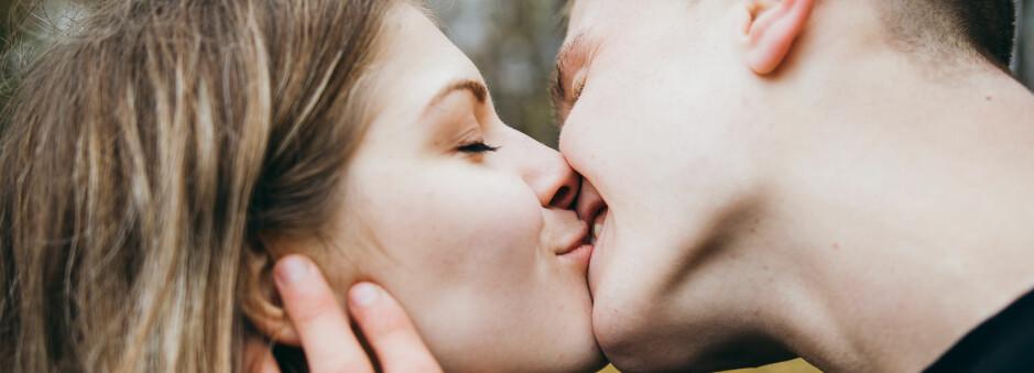 KYSSING: Ifølge forskning er det flere grunner til at vi faktisk elsker å kline med bae. FOTO: Shutterstock