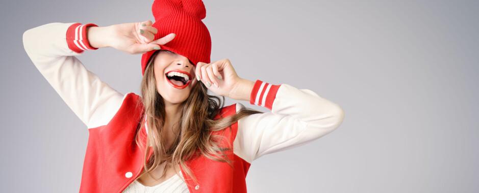 ENKELT OG GREIT: Her i TIOO går vi ofte med lue når vi har hatt litt dårlig tid på morgenen – under finner du fire andre gode tips for å skjule fett hår! FOTO: Shutterstock