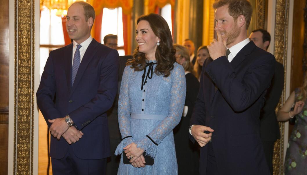 PÅ BEDRINGENS VEI: Hertuginne Kate smilte bredt, da hun tirsdag stilte opp på en kongelig mottakelse sammen med prins William og prins Harry, etter seks ukers sykmelding. Foto: NTB Scanpix