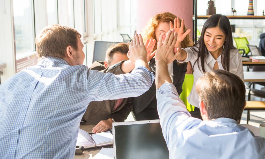 LAG ORDENTLIGE AVTALER: Når dere leier sammen i et kollektiv er det viktig at alle har lest og signert kontrakt med utleier, og at denne kontrakten oppdateres etter hvert som folk flytter inn og ut. Foto: Lipik Stock Media/Shutterstock/NTB Scanpix.