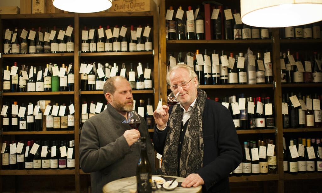 TILFELDIG? NEPPE! At det er akkurat denne vinbaren i Barcelona Eyvind Hellstrøm tar med seg Truls Svendsen til, er ikke tilfeldig. Hellstrøm planlegger alltid nøye hvor han skal spise og drikke når han er på reisefot. Foto: TV2