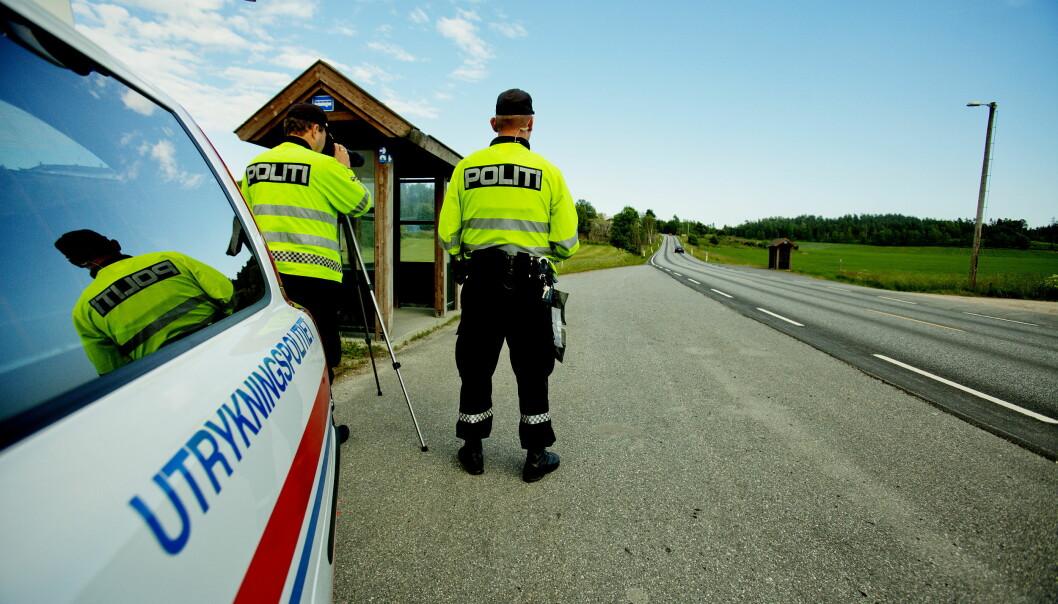 RISIKABELT: Politioverbetjent Øystein Krogstad kaller det å stoppe biler langs veien for noe av det farligste man gjør. Foto: Stian Lysberg Solum / NTB scanpix