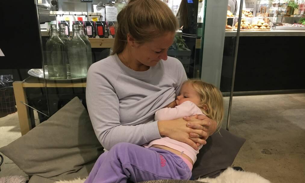 AMMING: Stine har valgt å amme datteren sin lengre enn spedbarnstiden, men er lei av alle de negative kommentarene hun får. FOTO: Privat