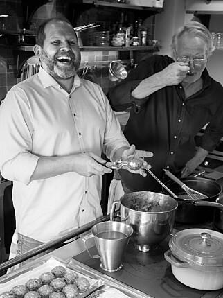 NAPOLI: Hellstrøm sjekker tomatsausen, mens Svendsen triller kjøttboller under parets opphold i Italia. Foto: Anita Rennan