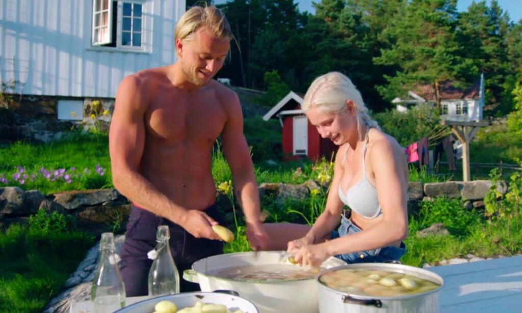 FNISETE POTETSKRELLING: Mats Beylegaard Brennemo (28) og Amalie Snøløs (21) under en idyllisk potetskrelling-seanse i mandagens episode. Foto: TV 2