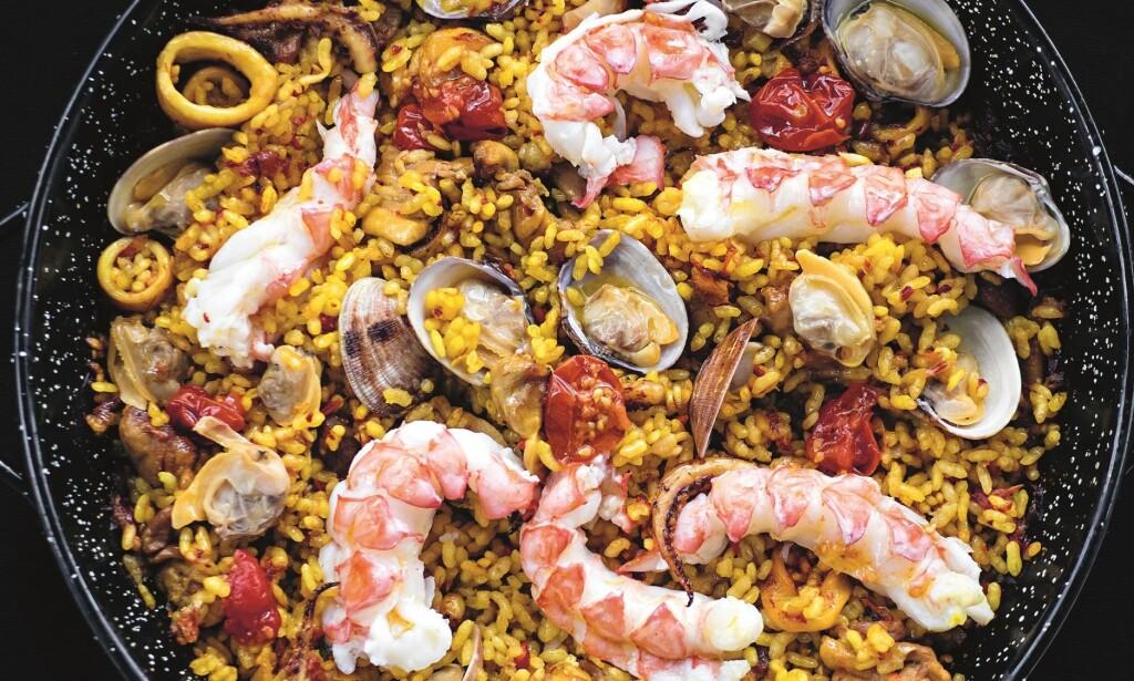 BARCELONA: Ris og sjømat står øverst på menyen for spanjoler. - Ikke kok risen til paellaen for lenge, advarer Svendsen og Hellstrøm. Foto: Anita Rennan