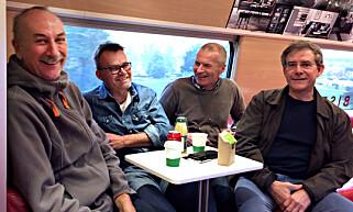 GUTTETUR: Mange nordmenn er i Stockholm for å få med seg Rolling Stones-konserten. Her ser vi deler av en Bøler-gjeng, bestående av Henrik Fuglerud (f.v.), Tom Nygård, Dag Haakenstuen og Svein Ruud Johansen. Foto: Anders Grønneberg