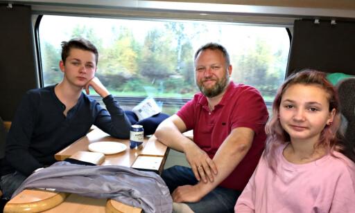 VIA TÖCKFORS: Familein Greni, Ask, Geir og Kaia, kommer fra Oslo men bor fortida i Töckfors og tok toget til Friends Arena for å se sine helter. Foto: Anders Grønneberg